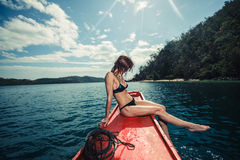 Mujer joven atractiva en el barco en las zonas tropicales Imágenes de archivo libres de regalías