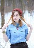 Mujer joven atractiva en el invierno al aire libre Fotos de archivo libres de regalías