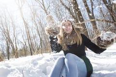 Mujer joven atractiva en el invierno al aire libre Foto de archivo libre de regalías
