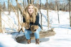 Mujer joven atractiva en el invierno al aire libre Foto de archivo