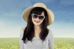 Mujer joven atractiva en el prado 1 Fotografía de archivo