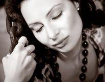 Mujer joven atractiva en encadenamientos imagen de archivo libre de regalías