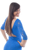 Mujer joven atractiva en encubrimiento azul de la playa foto de archivo libre de regalías