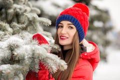 Mujer joven atractiva en invierno al aire libre La muchacha en ropa coloreada Imágenes de archivo libres de regalías