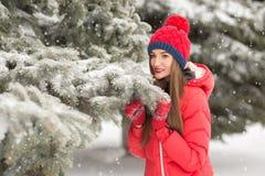 Mujer joven atractiva en invierno al aire libre La muchacha en ropa coloreada Foto de archivo
