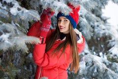 Mujer joven atractiva en invierno al aire libre La muchacha en ropa coloreada Fotografía de archivo libre de regalías