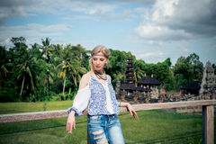 Mujer joven atractiva en la mirada étnica que presenta cerca del templo del balinese, retrato del estilo Isla tropical Bali, lujo Foto de archivo libre de regalías