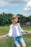 Mujer joven atractiva en la mirada étnica que presenta cerca del templo del balinese, retrato del estilo Isla tropical Bali, lujo Fotos de archivo libres de regalías