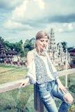 Mujer joven atractiva en la mirada étnica que presenta cerca del templo del balinese, retrato del estilo Isla tropical Bali, lujo Fotografía de archivo libre de regalías