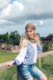 Mujer joven atractiva en la mirada étnica que presenta cerca del templo del balinese, retrato del estilo Isla tropical Bali, lujo Imagen de archivo libre de regalías