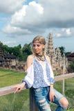 Mujer joven atractiva en la mirada étnica que presenta cerca del templo del balinese, retrato del estilo Isla tropical Bali, lujo Fotografía de archivo