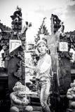 Mujer joven atractiva en la mirada étnica que presenta cerca del templo del balinese, retrato del estilo Isla tropical Bali, lujo Imágenes de archivo libres de regalías