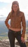Mujer joven atractiva en la montaña Fotografía de archivo libre de regalías