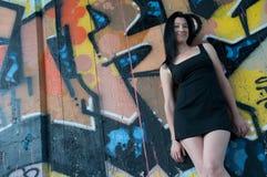 Mujer joven atractiva en la pared de la pintada Fotos de archivo