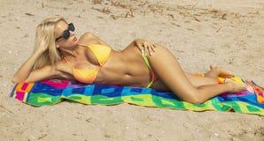 Mujer joven atractiva en la playa foto de archivo libre de regalías