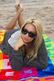 Mujer joven atractiva en la playa fotografía de archivo
