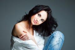 Mujer joven atractiva en los tejanos que desgastan Fotos de archivo
