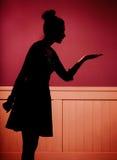 Mujer joven atractiva en sitio oscuro Imagen de archivo libre de regalías