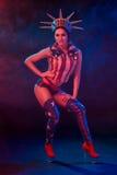 Mujer joven atractiva en 'strip-tease' erótico del baile del desgaste del fetiche en club nocturno Mujer atractiva desnuda en tra Fotografía de archivo