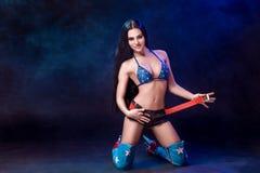 Mujer joven atractiva en 'strip-tease' erótico del baile del desgaste del fetiche en club nocturno Mujer atractiva desnuda en tra Imagenes de archivo