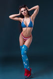 Mujer joven atractiva en 'strip-tease' erótico del baile del desgaste del fetiche en club nocturno Mujer atractiva desnuda en tra Foto de archivo libre de regalías
