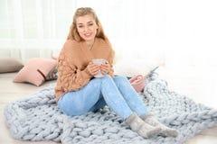 Mujer joven atractiva en suéter caliente acogedor fotos de archivo