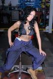 Mujer joven atractiva en tapa de bikiní y guardapolvos Fotografía de archivo