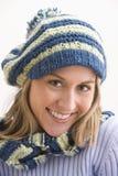 Mujer joven atractiva en un casquillo del Knit Fotografía de archivo