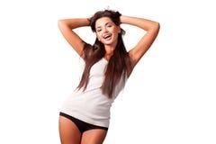 Mujer joven atractiva en una camiseta blanca en el fondo blanco Imágenes de archivo libres de regalías