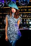 Mujer joven atractiva en vestido azul imagen de archivo libre de regalías