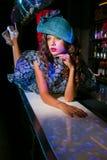 Mujer joven atractiva en vestido azul fotos de archivo libres de regalías