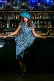 Mujer joven atractiva en vestido azul imagen de archivo