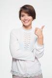 Mujer joven atractiva feliz que muestra los pulgares para arriba Imagen de archivo