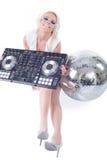 Mujer joven atractiva hermosa como DJ que juega música en mezclador (de la recogida). Fotografía de archivo