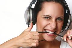 Mujer joven atractiva hermosa con los auriculares Foto de archivo