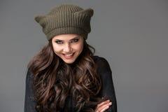 Mujer joven atractiva hermosa en un sombrero divertido con Foto de archivo libre de regalías
