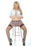 Mujer joven atractiva hermosa que lleva a Mini Skirt Blue Shirt corto imagen de archivo libre de regalías