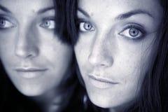 Mujer joven atractiva hermosa que presenta el espejo Imagen de archivo