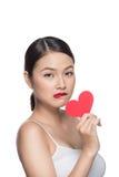 Mujer joven atractiva linda con el corazón rojo Arte del día del ` s de la tarjeta del día de San Valentín Imagenes de archivo