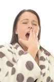 Mujer joven atractiva muy cansada que bosteza con los ojos cerrados Imágenes de archivo libres de regalías