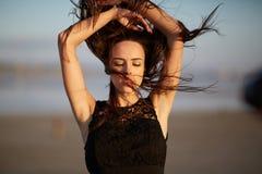 Mujer joven atractiva, natural en un fondo borroso Muchacha con el pelo que agita Concepto del cuidado de la belleza foto de archivo libre de regalías