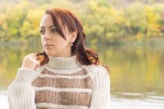 Mujer joven atractiva pensativa Foto de archivo libre de regalías