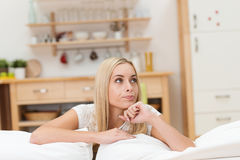 Mujer joven atractiva pensativa imagen de archivo libre de regalías
