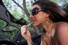 Mujer joven atractiva que aplica maquillaje Imagen de archivo libre de regalías