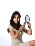 Mujer joven atractiva que aplica su pelo con brocha Fotografía de archivo