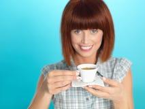Mujer joven atractiva que bebe un café del café express Foto de archivo libre de regalías