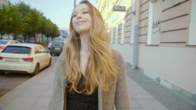 Mujer joven atractiva que camina en las calles Señora feliz con el pelo hermoso almacen de video