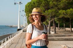 Mujer joven atractiva que camina en Lisboa cerca del río de Tajus en el parque de las naciones Fotos de archivo