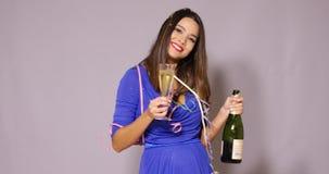 Mujer joven atractiva que celebra el Año Nuevo Fotos de archivo libres de regalías