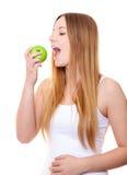Mujer joven atractiva que come la manzana Foto de archivo